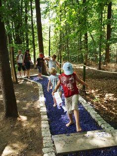 Die blauen Steine im Barfußpark Egestorf begeistern immer wieder. Nicht nur den kleinen, auch den großen gefällt das.