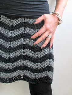 VMSomⒶ KOPPA: siksak-HAME | skirt with this zigzag pattern; make a chain a bit longer than around your hips. Don't close the chain, instead make the zigzag DC all the way (there is a pattern in the link from the link), and if any chains are left over, unravel those, and only the close the chain. Do more rows, then when ready, turn to a straight. She used TC for the last row and added an elastic, then stretched it to shape. I love the simplicity of the design.