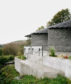 Espen Surnevik designs vacation home on steep cliff overlooking fjord Amazing Architecture, Modern Architecture, Urban Fabric, Best Architects, Glass Facades, Mid Century House, Mid Century Modern Design, Coastal Style, House Tours