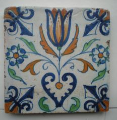 Antieke tegel Tulp -hart hoekmotief lelie