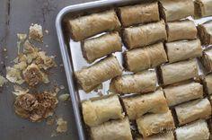 Una receta fácil para preparar dulces árabes en casa. EL resultado es delicioso. Middle East Food, Middle Eastern Recipes, Baklava Roll Recipe, Comida Armenia, Food Network Recipes, Food Processor Recipes, Chilean Recipes, Chilean Food, Lebanese Cuisine