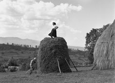 Vasile tosses the dried hay up to Ileana, who tamps it down so that it can be combed to allow the rain to run off in Sarbi, Maramures. Antique Photos, Vintage Photos, Romanian Girls, City People, Photo Black, National Geographic Photos, S Pic, Back In The Day, Farm Life