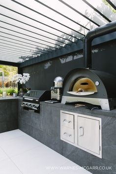 Outdoor kitchen room with covered roof, and wood fired oven. Very high end contemporary outdoor kitchen area, built into an outdoor room with underfloor heating so it can be used all winter too. Modern Outdoor Kitchen, Backyard Kitchen, Small Outdoor Kitchens, Outdoor Kitchen Plans, Kitchen Contemporary, Pizza Oven Outdoor, Built In Outdoor Grill, Outdoor Bars, Built In Bbq