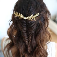 Are you interested in our gold leaf vine? With our gold bridal hairvine you need look no further.