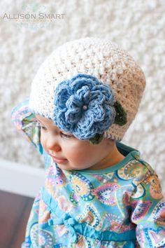 Mädchen gehäkelte Mütze mit Blumen  von KerensHatBoxBoutique