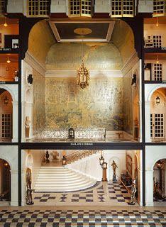 El centro del lado del norte de la casa de las muñecas, escalera con los pasillos que la flanquean. Los pisos y las paredes están embaldosados mármol. El techo tallado a mano se graba al agua fuerte en hoja del oro. Las pinturas de toda la casa fueron encargadas a artistas reconocidos.