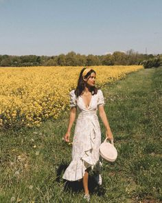 Take a page from any of these influencer approved looks - here's how you keep summer scorching as you switch it up into September. Countryside Fashion, Photographie Portrait Inspiration, Spring Summer, Style Summer, Spring Girl, Summer Picnic, Casual Summer, Vestidos Vintage, Summer Aesthetic