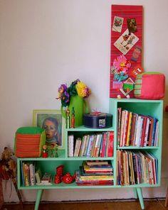 Ma grand-mère avait la même petite bibliothèque. Années 60!