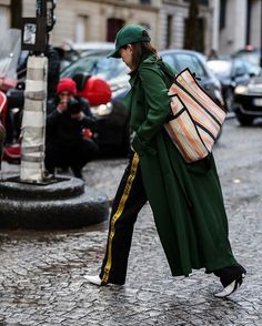 #parisfashionweek | 📸  @thestreetpie  #streetstyle #fashion #blogger #fw17 #fashionweek #pfw #balenciaga