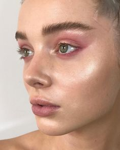 Pink eye makeup is going to be a big beauty trend for summer. So take a look at some of the best pink eye makeup looks, there is sure to be a look for you. Pink Eye Makeup, Glowy Makeup, Pink Eyeshadow, Natural Makeup, Beauty Makeup, Hair Makeup, Natural Beauty, Revlon Makeup, Simple Makeup
