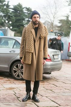 Street Style: Camel big wool Cavalli Scarf and Black Dr. Mode Masculine, Men Street, Street Wear, Stylish Men, Men Casual, Denim Trench Coat, Camel Coat, Ethno Style, J Brand Jeans
