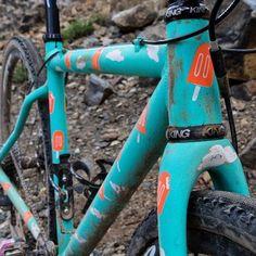 Just as is should be - the #Dreamsicle complete with 100 miles of Sierra Nevada dirt. This #RaceDayRattlecan was painted with @spray.bike and #SquidStencils, built and raced by @eekachorek the @sierratrails #LostAndFound gravel race all within 24hrs. #Rattlecan #DIYFS #noboringbikes #metalbikes #cyclocross #gravelgrinder #sprayart #Spraydotbike 📸 @belowtreeline