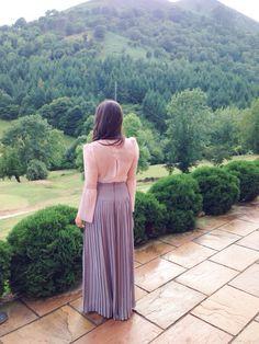Pantalón plisado con blusa. Clara Brea