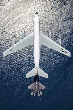 Un F-35 repostando sobre el Pacífico