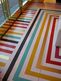 Разноцветные полосы на полу.