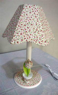 Abajur em MDF, revestido em tecido 100% algodão, decorado com vasinho de tulipa com o mesmo tecido. R$ 120,00