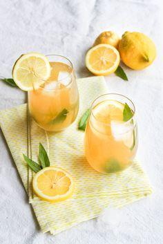 Citronnade à la verveine citron - Ingrédients : 50 cl d'eau, 100 g de sucre de canne, 1 bouquet de verveine citron, 4-5 citrons