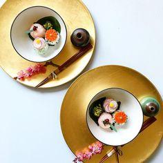 Flower rice balls for spring season #japanesestyle #japanesefood ひな祭りにどうぞ〜♪ おにぎりの中には、生姜で味付けした肉味噌そぼろが入ってます。右側に添えたお出汁をかけて食べてくださいね