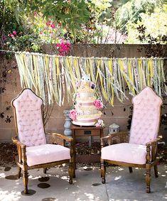 Mesa de bolo para chá de bebê com lugar de destaque para a mãe e o pai.