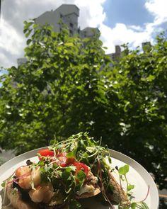 애쓰지말아요 만드는것보다 사는게 더 싸고 맛있어요 💚🌥 #athome 🏡 #오픈샌드위치 🥪 #빵is뭔들 💛 #브런치 Fruit, Food, Essen, Meals, Yemek, Eten