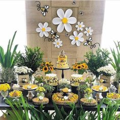 Pin by Amy May on Party bee theme Birthday Party Tables, Baby Birthday, Birthday Ideas, Baby Shower Parties, Baby Shower Themes, Party Table Decorations, Bee Decorations, Festa Party, Idee Diy