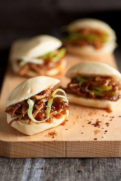 Estos Bocadillitos de cerdo guisado con salsa dulce son perfectos para preparar de aperitivo si tienes invitados en casa.