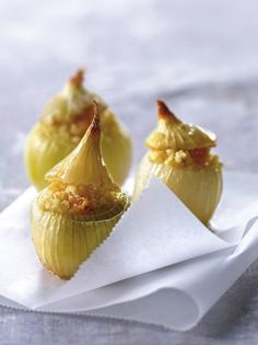 White onions stuffed with bulgur and raisins - Healthy Food Mom Gourmet Recipes, Appetizer Recipes, Appetizers, Raisin Sec, Healthy Snacks, Healthy Recipes, Oven Dishes, Dessert Spoons, Food Design