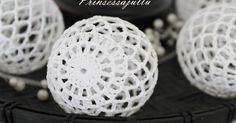 Not sure what language this is in, but inspiration anyway Filet Crochet, Crochet Stitches, Knit Crochet, Crochet Christmas Ornaments, Christmas Baubles, Christmas Crafts, Crochet Ball, Crochet Home, Ganchillo