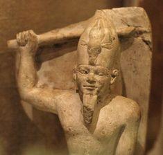 Cabeza granodiorita del dios  Amón que data del reinado de Tutankamón (07.228.34). La barba trenzada y tocado identifican claramente al sujeto como Amón con la característica facial de Tutankhaten / Tutankhamon. Museo Metropolitano de Arte, Nueva York.