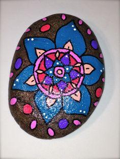 Piedras Pintadas a mano con motivos de mandalas, flores y mesajes espitiruales.