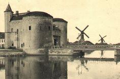 Brugge - Bruges - De Kruispoort met de molens langs de vesten