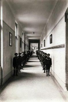 a jezsuita Pius gimnázium és internátus (ma Pécsi Tudományegyetem) folyosója.