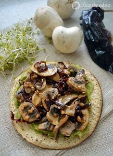 Tostadas de champiñones al ajillo Easy garlic mushrooms for botanear or to serve with some tortillas or toasts and a little guacamole. Serve them as a light vegetarian meal or dinner or to accompany another dish. Veggie Recipes, Mexican Food Recipes, Vegetarian Recipes, Healthy Recipes, Healthy Mushroom Recipes, Vegetarian Lunch, Healthy Tips, Delicious Recipes, Healthy Cooking