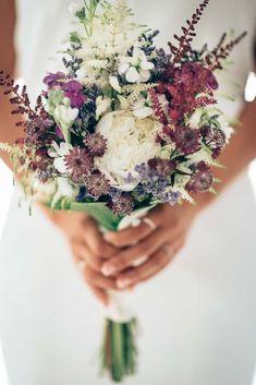 Existe un ramo de novia ideal para cada boda. Si te chiflan los enlaces desenfadados o de estilo shabby, campestre y vintage, te encantarán los ramos silvestres. ¡Descubre cómo esta tendencia puede ser la responsable de ponerle la guinda a tu look!