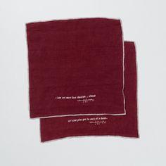 pellavaiset servietit . 40x40cm . myydään lasipurkissa, jossa 2 serviettiä . väreinä vanha punainen, hiilenmusta ja valkoinen