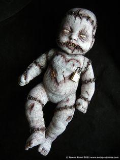 omg it's a zombie dead baby lol :) Samhain Halloween, Halloween Doll, Creepy Halloween, Halloween Projects, Holidays Halloween, Creepy Baby Dolls, Zombie Dolls, Haunted Dolls, Gothic Dolls
