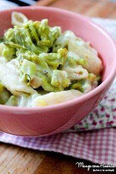 Macarrão com Brócolis e Molho Branco, para uma refeição com gostinho de conforto. Clique na imagem para ver a receita no Manga com Pimenta.