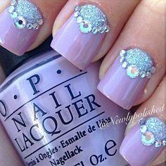 Uñas moradas con adornos glitter en azul turquesa