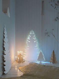 Originelle Idee! Aus Wellpappe einen Weihnachtsbaum ausschneiden und mit einer Hintergrundbeleuchtugn versehen wie z. B. ein LED-Stripe oder ähnliches! :)