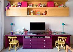 Área de brincar | A base de uma antiga estante virou rack e escrivaninha. Com acabamento em laca, a peça recebeu as luminárias, da Lumini, e as cadeiras infantis, da Tok & Stok (Foto: Edu Castello)