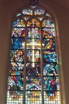 Gebrandschilderd raam in de Rooms-Katholieke kerk aan de Brederodestraat in Vianen.