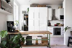 En Suède, les murs ne sont pas toujours blancs - PLANETE DECO a homes world Kitchen Island, Divider, Room, Furniture, Scandinavian Interiors, Home Decor, Houses, Kitchens, White Walls