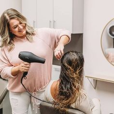 Dries hair faster ✔️ Less damage ✔️ Volumizing & smoothing settings ✔️ No wonder the Revolution Dryer is @caylascolorroom's fav! 😍😱 🍃 #usmooth 🍃 #unexpectedluxury #hairdryer #usmoothtools