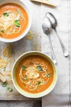Tomatensoep met parmezaanchips, zure room en verse basilicum - Libelle Lekker