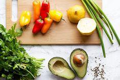 Salata de avocado cu ardei si susan - reteta + beneficii Avocado, Chips, Vegan, Fine Dining, Lawyer, Potato Chip, Potato Chips, Vegans