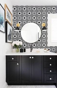 Lift your powder room or loo with a fresh and unfailingly cheerful bathroom wallpaper. Browse these stunning bathroom wallpaper ideas. Black And White Interior, White Interior Design, Black And White Wallpaper, Home Interior, Bathroom Interior, White House Interior, Bad Inspiration, Bathroom Inspiration, Interior Inspiration