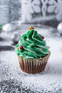 Ideas cupcakes decoration easy simple christmas trees for 2019 Christmas Tree Cupcakes, Christmas Desserts Easy, Christmas Cupcakes Decoration, Holiday Cupcakes, Xmas Food, Christmas Snacks, Christmas Cooking, Simple Christmas, Christmas Christmas