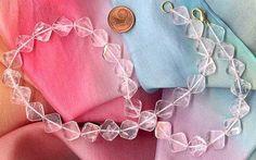 Rosenquarz, Edelstein der Liebe.  Rosenquarz ist durchscheinend rosa, manchmal nur ein Hauch von Rosa. Rot als Farbe steht für Aktivität, Energie, Durchsetzungskraft, Lebensfreude, Sexualität und Liebe. Neben den Sommertypen passt er sich allen Farbtypen mit heller Haut an...  #Frauensteine #Glücksstein #Heilstein #Horoskopstein #Liebe #Partnerschaft #Rosenquarz #Sexualität
