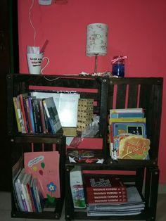 Biblioteca hecha de cajones de verduras y pintada con impregnador color Nogal.