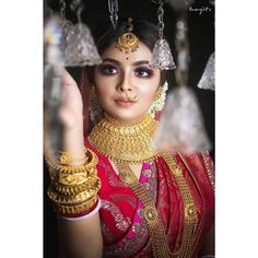 Check out these stunning bridal gold necklace designs for your wedding day. Bridal jewellery ideas and inspiration only at ShaadiWish. Indian Wedding Bride, Bengali Wedding, Bengali Bride, Indian Wedding Outfits, Bridal Outfits, Wedding Veils, Indian Weddings, Wedding Hair, Bridal Hair